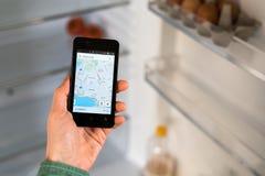 Person Hands Holding Smart Phone e pesquisa por lugares para comer imagens de stock royalty free