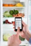 Person Hands Making Shopping List en el teléfono móvil Imágenes de archivo libres de regalías