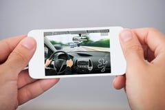 Person Hands With Mobile Phone som spelar leken Arkivbilder