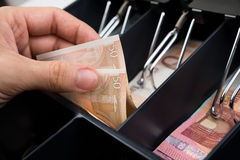 Person Hands With Money Over-Registrierkasse stockfotografie