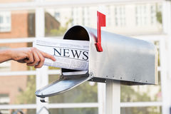 Person Hands Opening Mailbox To entfernen Zeitung Stockfoto