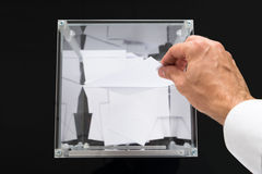 Person Hands Putting Voting Ballot im Kasten Lizenzfreie Stockfotos