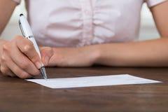 Person Hands Signing Cheque Fotos de archivo