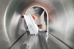 Person Hands Taking Letters View aus dem Briefkasten heraus Lizenzfreie Stockbilder
