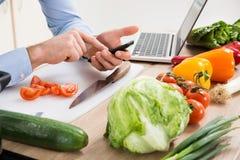 Person Hands Using Mobile Phone en cocina Foto de archivo libre de regalías