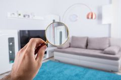 Person Holding Magnifying Glass royalty-vrije stock afbeelding