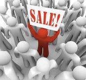 Person Holding Sale Sign en ahorros de la publicidad de la muchedumbre ilustración del vector
