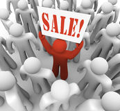Person Holding Sale Sign nel risparmio di pubblicità della folla Fotografia Stock Libera da Diritti