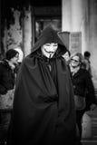 Person iklätt V för fejdmaskering på den Venedig karnevalet Royaltyfri Foto