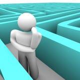 Person im blauen Labyrinth denkend an Ausweg Stockfotos