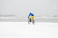 Person im Fahrrad auf dem Strand Stockbild