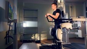 Person im innovativen kybernetischen Exoskeleton 4K stock footage