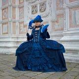 Person im venetianischen Kostüm bedient Karneval von Venedig. Lizenzfreie Stockbilder