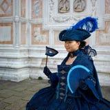 Person im venetianischen Kostüm bedient Karneval von Venedig. Lizenzfreies Stockbild