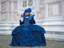 Person im venetianischen Kostüm bedient Karneval von Venedig. Lizenzfreie Stockfotos