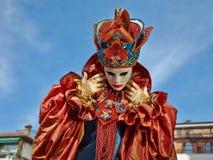Person im venetianischen Kostüm bedient Karneval von Venedig. Stockbild