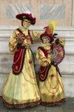 Person im venetianischen Kostüm im Karneval von Venedig. Lizenzfreies Stockbild