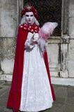 Person im venetianischen Kostüm im Karneval von Venedig. Stockfoto