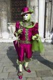 Person im venetianischen Kostüm im Karneval von Venedig. Lizenzfreie Stockfotografie