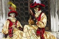 Person im venetianischen Kostüm im Karneval von Venedig. Lizenzfreies Stockfoto