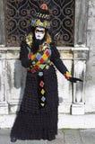 Person im venetianischen Kostüm im Karneval von Venedig. Stockbild