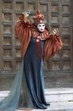 Person im venetianischen Kostüm im Karneval von Venedig. Lizenzfreie Stockbilder