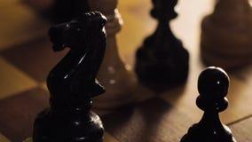 Person Knocks abajo acuña el montón en macro del tablero de ajedrez almacen de video