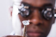 Person Looking At Diamond With die Loupe overdrijven royalty-vrije stock fotografie