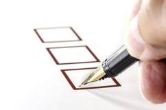Person Marking in Checkbox op Witboek stock fotografie
