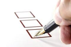 Person Marking in Checkbox op Witboek stock foto's