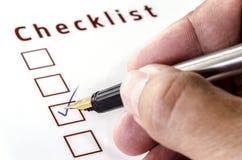 Person Marking em uma caixa de seleção no Livro Branco imagens de stock royalty free
