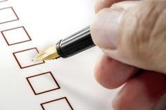 Person Marking em uma caixa de seleção no Livro Branco fotos de stock