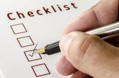 Person Marking en un Checkbox en el Libro Blanco Imágenes de archivo libres de regalías