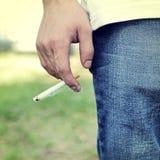 Person med cigaretten Royaltyfri Foto