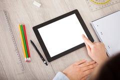 Person med digital minnestavla- och studenttillbehör Arkivfoton