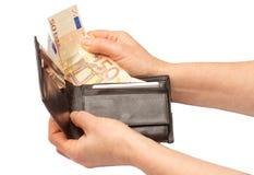 Person med en plånbok som är full av euroanmärkningar arkivbilder