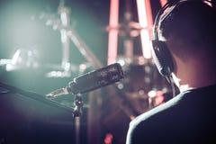 Person med hörlurar- och studiomikrofonnärbild, i en reco arkivfoton