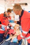 Person med paramedicinsk utbildning i ambulans med den patient brutna armen Fotografering för Bildbyråer
