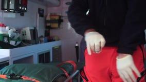 Person med paramedicinsk utbildning på ambulansen stock video