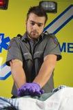 Person med paramedicinsk utbildning som gör ettlung- Royaltyfri Bild