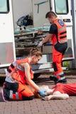 Person med paramedicinsk utbildning som ger första hjälpen Arkivfoto