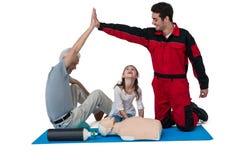 Person med paramedicinsk utbildning som ger höjdpunkt fem till den höga mannen Royaltyfria Foton