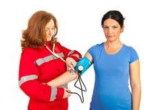 Person med paramedicinsk utbildning som kontrollerar blodtryck Arkivbild