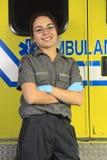 Person med paramedicinsk utbildning som stänger dörren av ambulansen Royaltyfri Bild