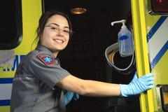 Person med paramedicinsk utbildning som stänger dörren av ambulansen Arkivfoto