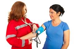 Person med paramedicinsk utbildning som tar blodtryck Arkivfoton