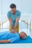 Person med paramedicinsk utbildning som utför återuppväckande på patient Royaltyfri Bild