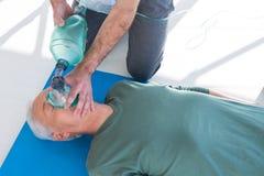 Person med paramedicinsk utbildning som utför återuppväckande på patient Royaltyfria Foton
