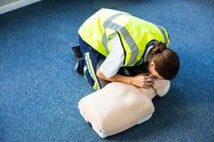 Person med paramedicinsk utbildning under återupplivande genom mun-mot-munmetodenutbildning Arkivfoto