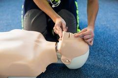 Person med paramedicinsk utbildning under utbildning för cardiopulmonary återuppväckande Royaltyfria Foton